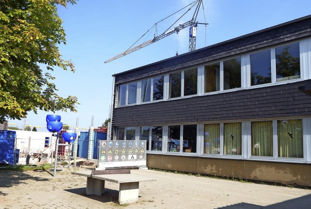 Mit der Schließung der Grundschulaußen...o derzeit der Schulhausanbau entsteht.  | Foto: Wolfgang Adam