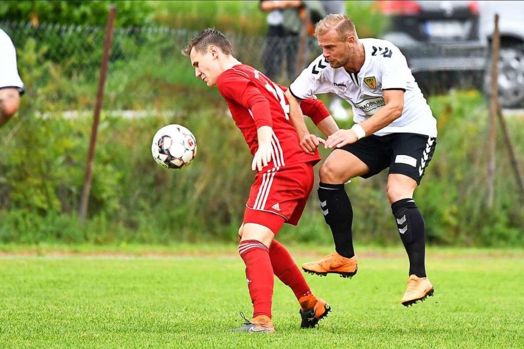 Gab bei der 0:4-Niederlage in Elzach s...t: FSV-Neuzugang Arben Gashi (rechts).  | Foto: Achim Keller
