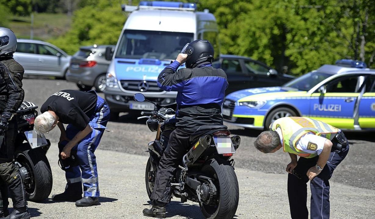 Polizisten kontrollieren Motorradfahre...he Veränderungen können teuer werden.   | Foto: Patrick Seeger