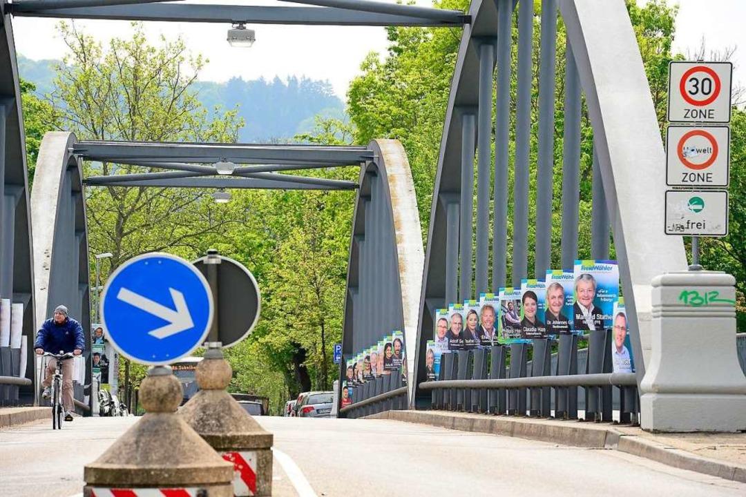 Auf der Kaiserstuhlbrücke plakatierten die Parteien eifrig für die Kommunalwahl.  | Foto: Ingo Schneider