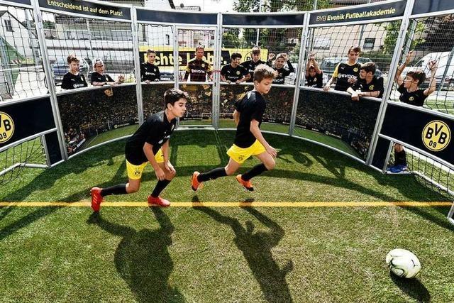 Wie BVB-Trainer mit dem Fußball-Nachwuchs in Hochdorf trainieren