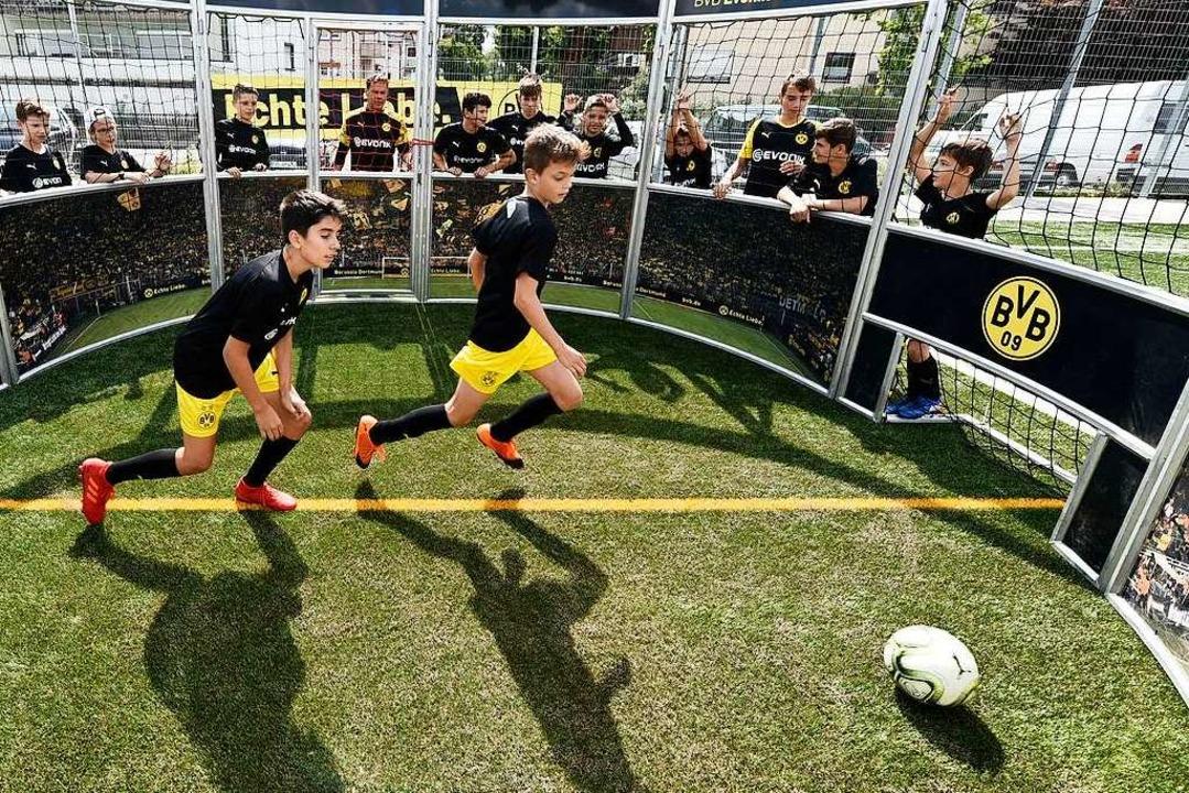 Im Fußball-Käfig wird viel Action geboten.    Foto: Thomas Kunz