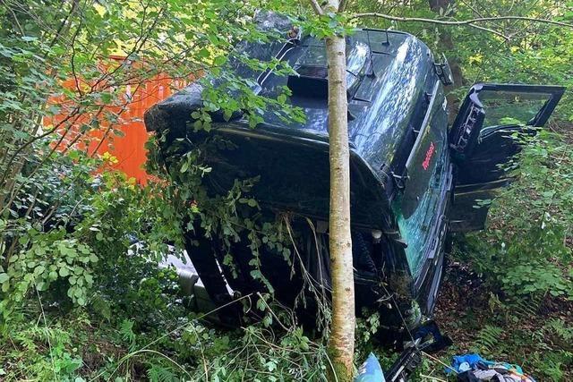 Lastzug stürzt im Laufener Wald zehn Meter ab und verliert Diesel