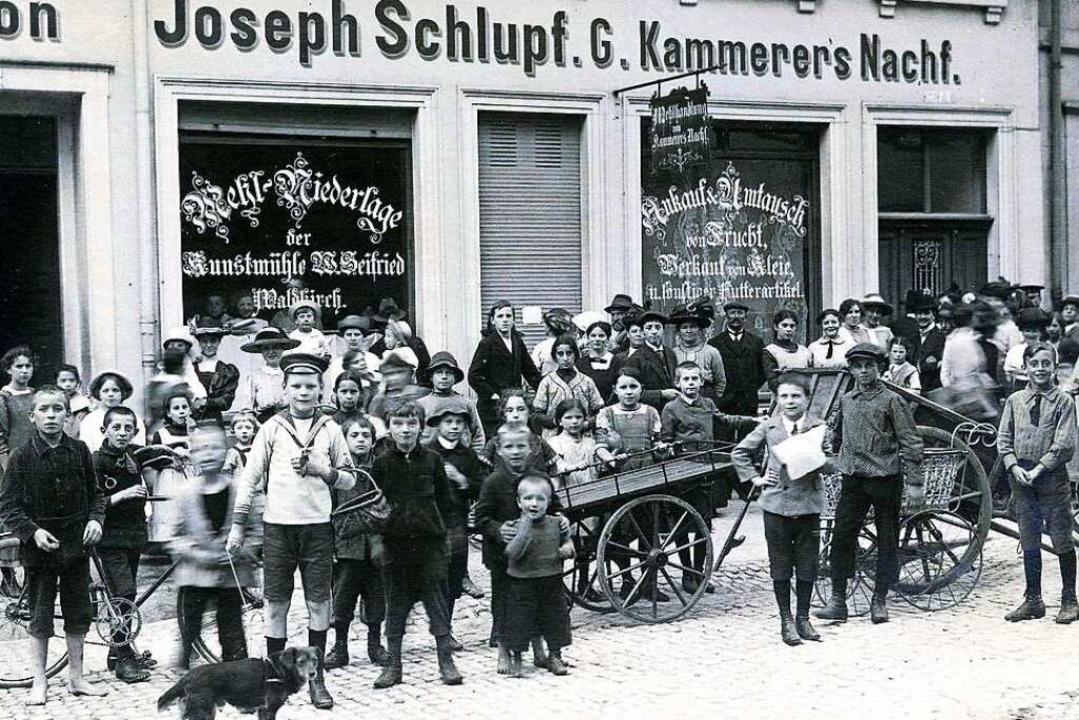 Auf diesem Bild warten viele Menschen auf die Öffnung des Geschäfts.  | Foto: Archiv Manfred Gallo