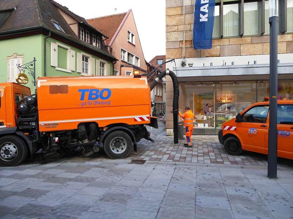 Leerung der Unterflur-Müllbehälter auf dem Offenburger Lindenplatz.  | Foto: Helmut Seller