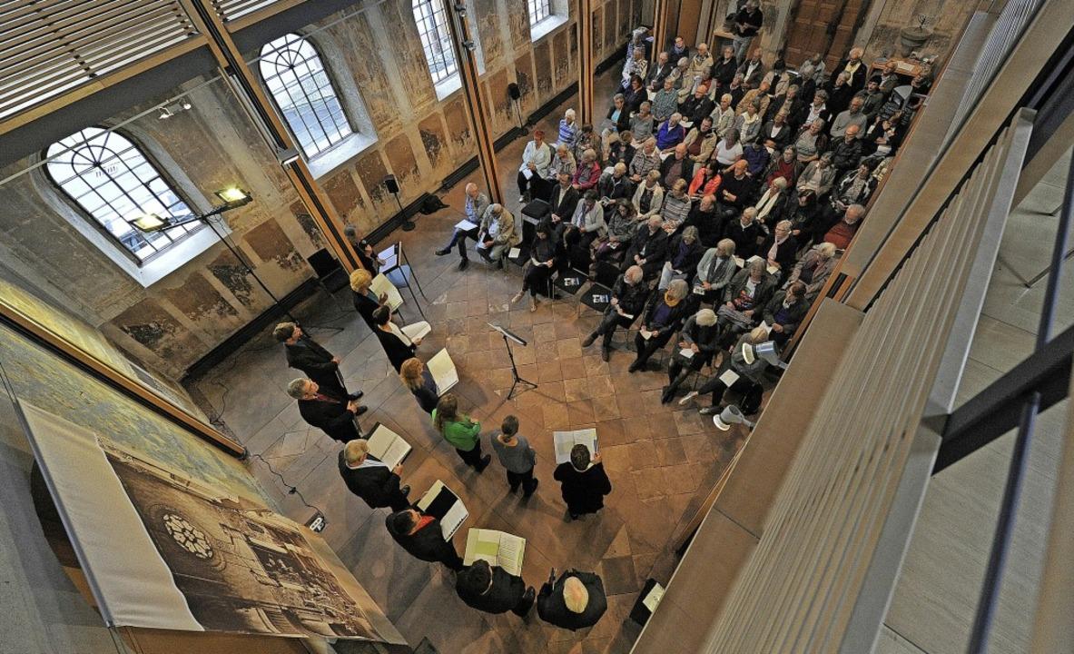Der Kenzinger Chor Ton-Art sang in der ehemaligen Synagoge jüdische Lieder.  | Foto: Bettina Schaller