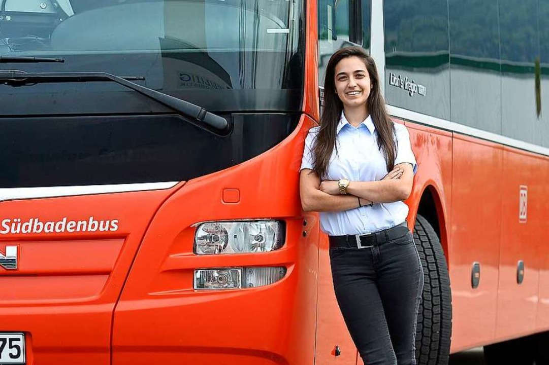 Paula Ramos mit ihrem Dienstwagen –  ein MAN-Fahrzeug von Südbadenbus.  | Foto: Ingo Schneider