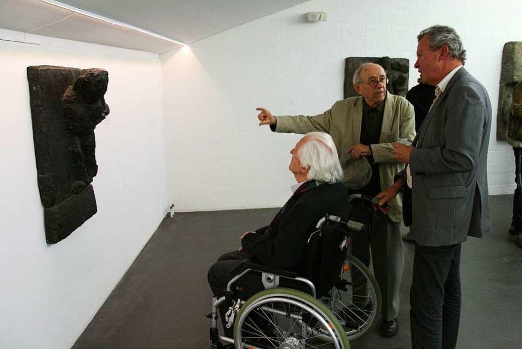 Mit Kennerblick vor einem Werk Josephs...der und  Christoph Rehmann (von links)  | Foto: Peter Schütz
