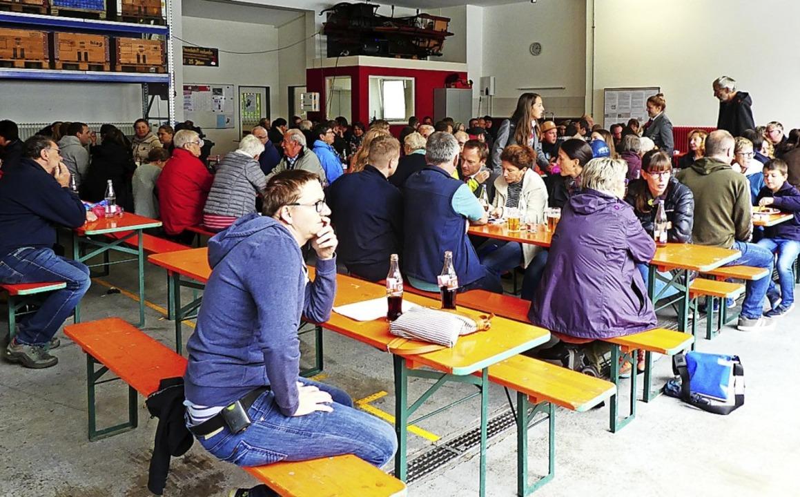 Die Besucher des Tags der offenen Tür ...as Frühschoppenkonzert der Hebelmusik.  | Foto: Klaus Brust