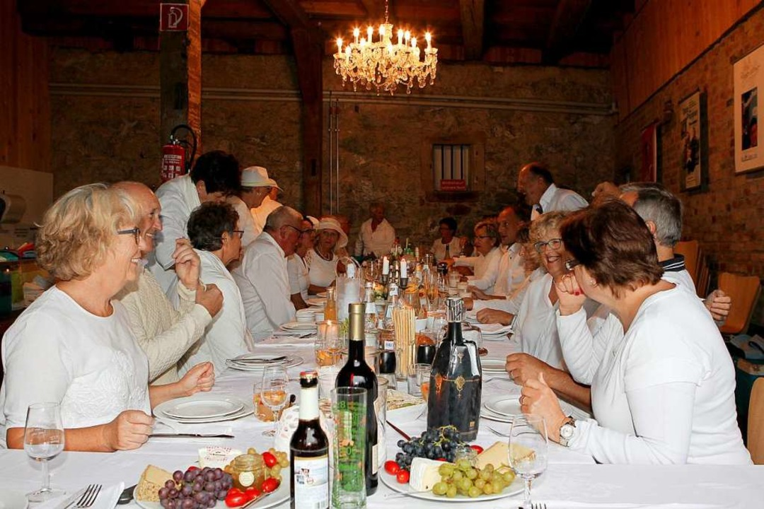 30 Teilnehmer, natürlich ganz in Weiß,...hite Dinner in Gottenheim ihren Platz.  | Foto: Daniel Hengst