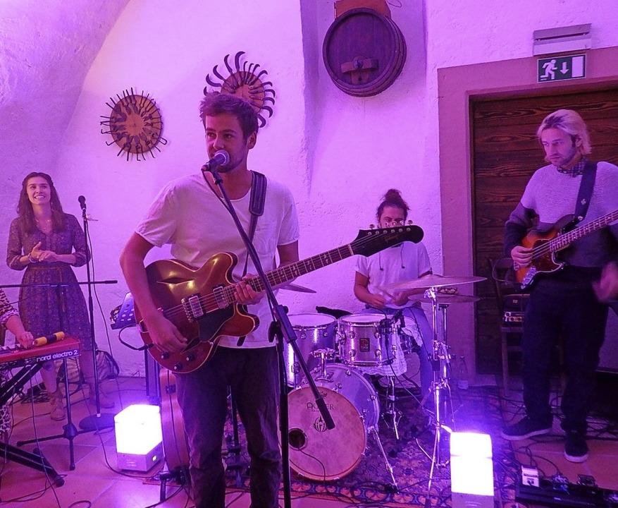 Ganz in rosa Licht getaucht: Oertel und seine Band  | Foto: Bianca Flier