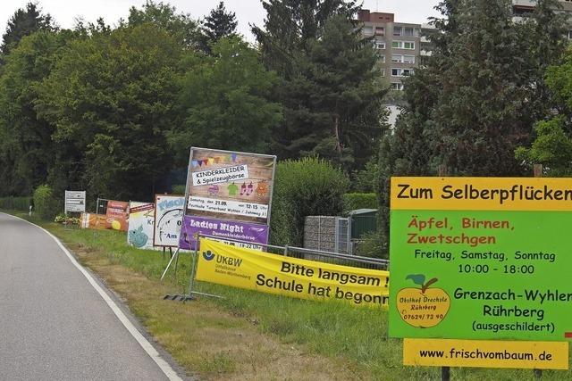 Schilderwald am Ortseingang