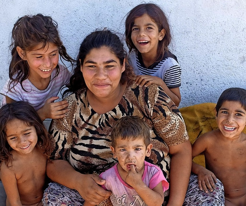 Die 22-jährige Slavka mit ihren fünf Kindern, das sechste ist unterwegs.  | Foto: adelheid woelfl