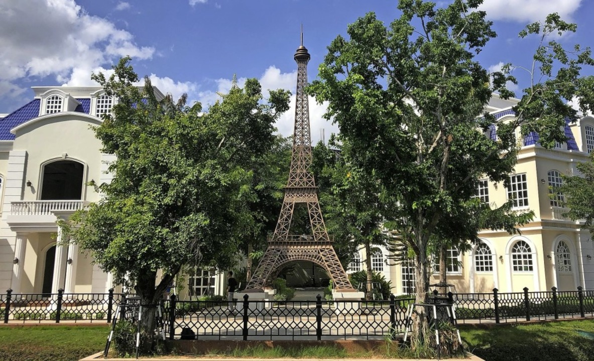Eine Miniatur-Nachbildung des Eiffeltu...n Euro-Park in Kambodschas Hauptstadt.  | Foto: Matt Surrusco (dpa)