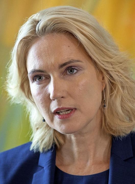 Manuela Schwesig geht mit  persönliche...r aller Parteien reagierten geschockt.  | Foto: Jens Büttner (dpa)