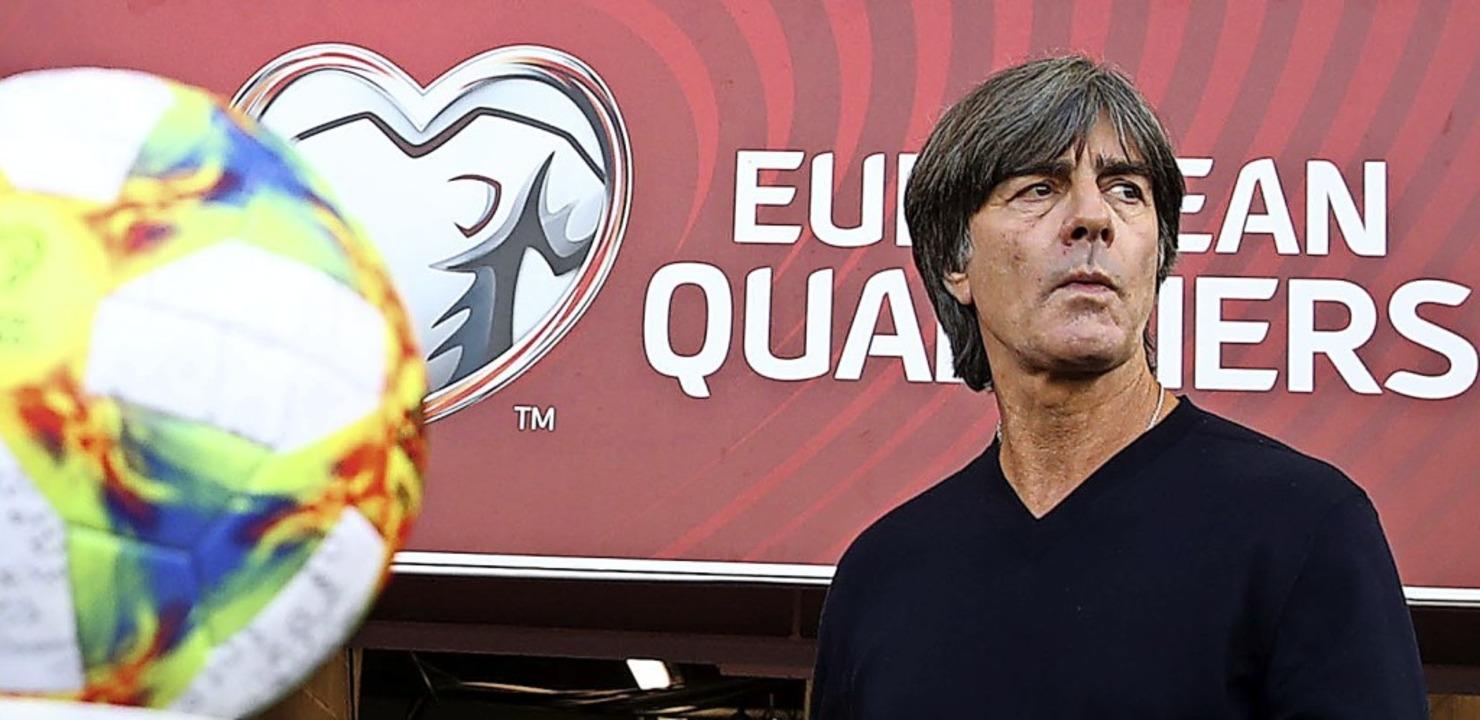 Bundestrainer Joachim Löw weiß um die ...Aufbau einer neuen Nationalmannschaft.  | Foto: Christian Charisius (dpa)