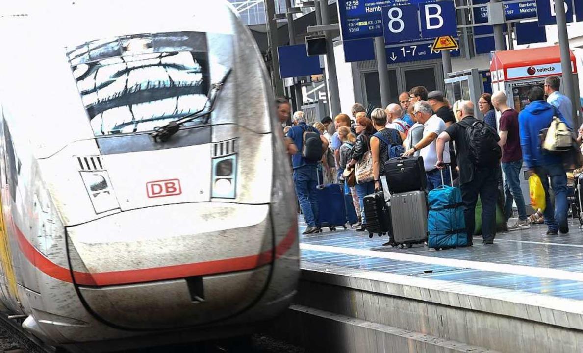 Bahnreisende stehen am Gleis 8 des Fra...der Bahn über mehr Sicherheit beraten.  | Foto: Arne Dedert (dpa)