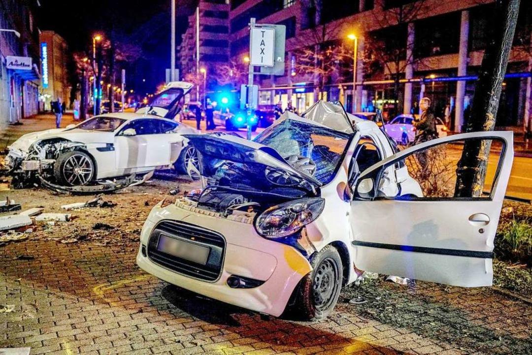 Zwei Autos stehen nach einem Zusammenp...gart zwei Menschen ums Leben gekommen.  | Foto: Kohls (dpa)