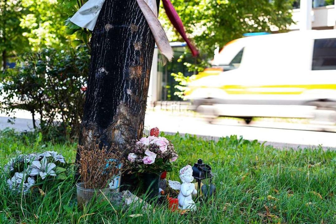 Blumen an der Unfallstelle  | Foto: Edith Geuppert (dpa)