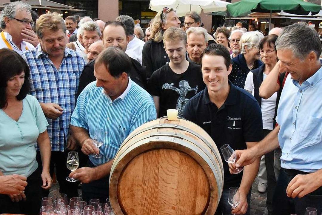 Zur Eröffnung des Gundelfinger Weinzau...zer traditionsgemäß ein Fässchen Wein.    Foto: Andrea Steinhart