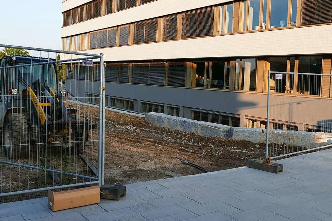 Der Außenbereich hinter dem Gebäude ist noch Baustelle.  | Foto: Frank Schoch