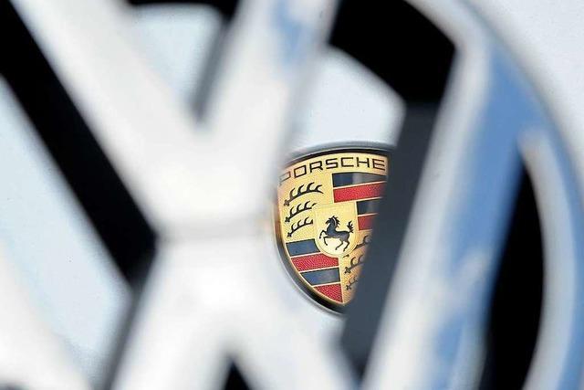 VW stößt in Kreisverkehr mit einem Porsche zusammen – 8000 Euro Schaden