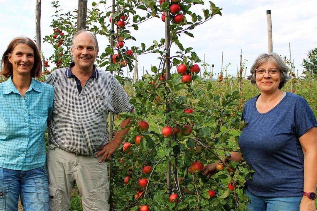 Sind stolz auf ihre Äpfel: Stephanie u...nks) mit Mitarbeiterin Kerstin Andant.  | Foto: Annika Sindlinger