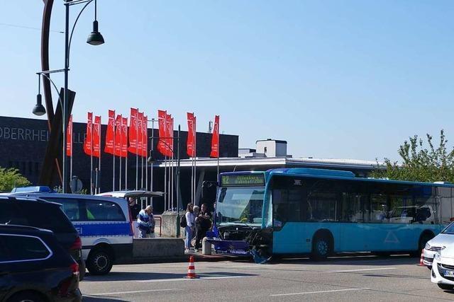 Vier leicht Verletzte bei Busunfall auf der Kinzigbrücke