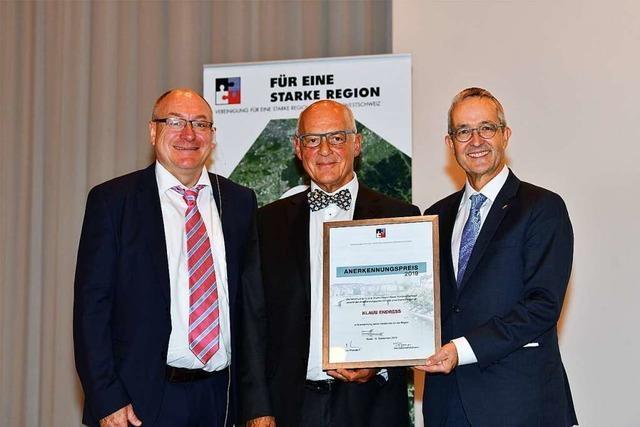 Klaus Endress erhält einen Preis für sein regionales Engagement