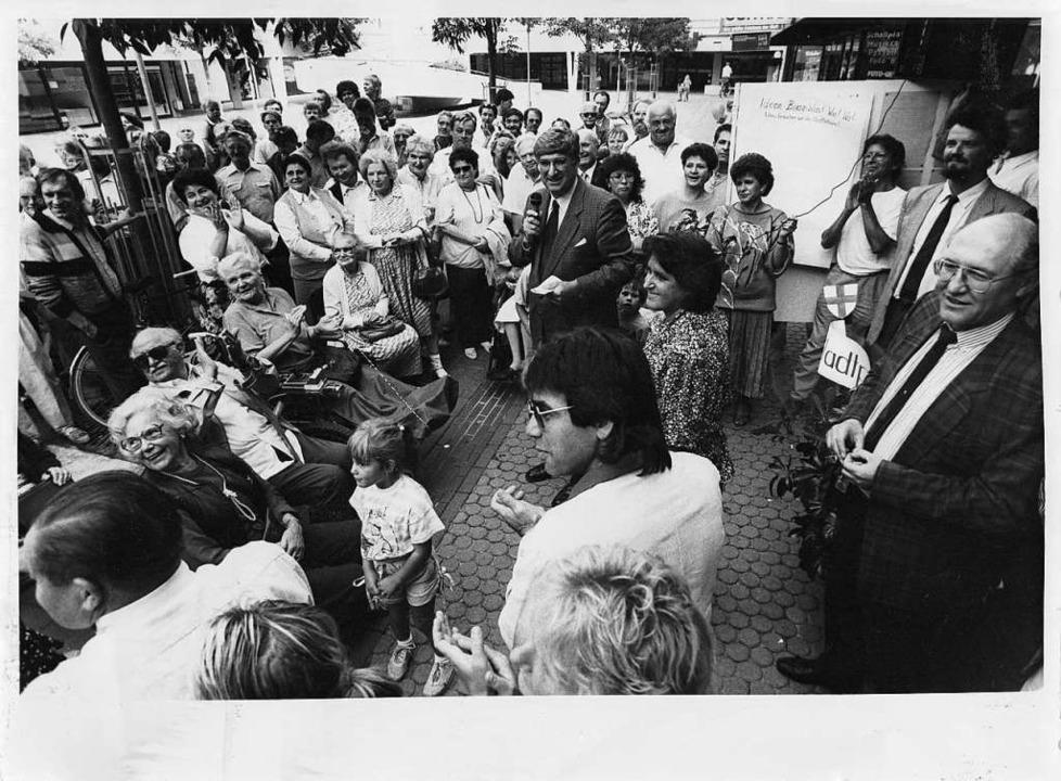 Das historische Foto zeigt den damalig...der Eröffnung des Stadtteilbüros 1989.  | Foto: privat