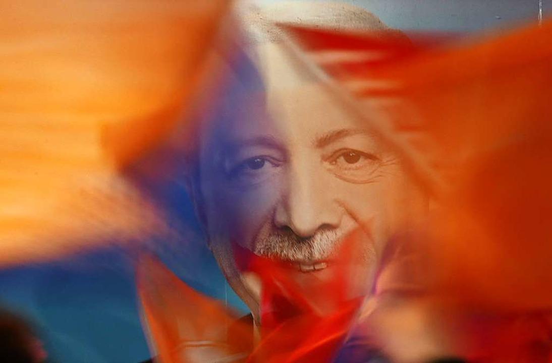 Anhänger des türkischen Präsidenten Er...nalwahlen Fahnen mit dessen Konterfei.  | Foto: Emrah Gurel