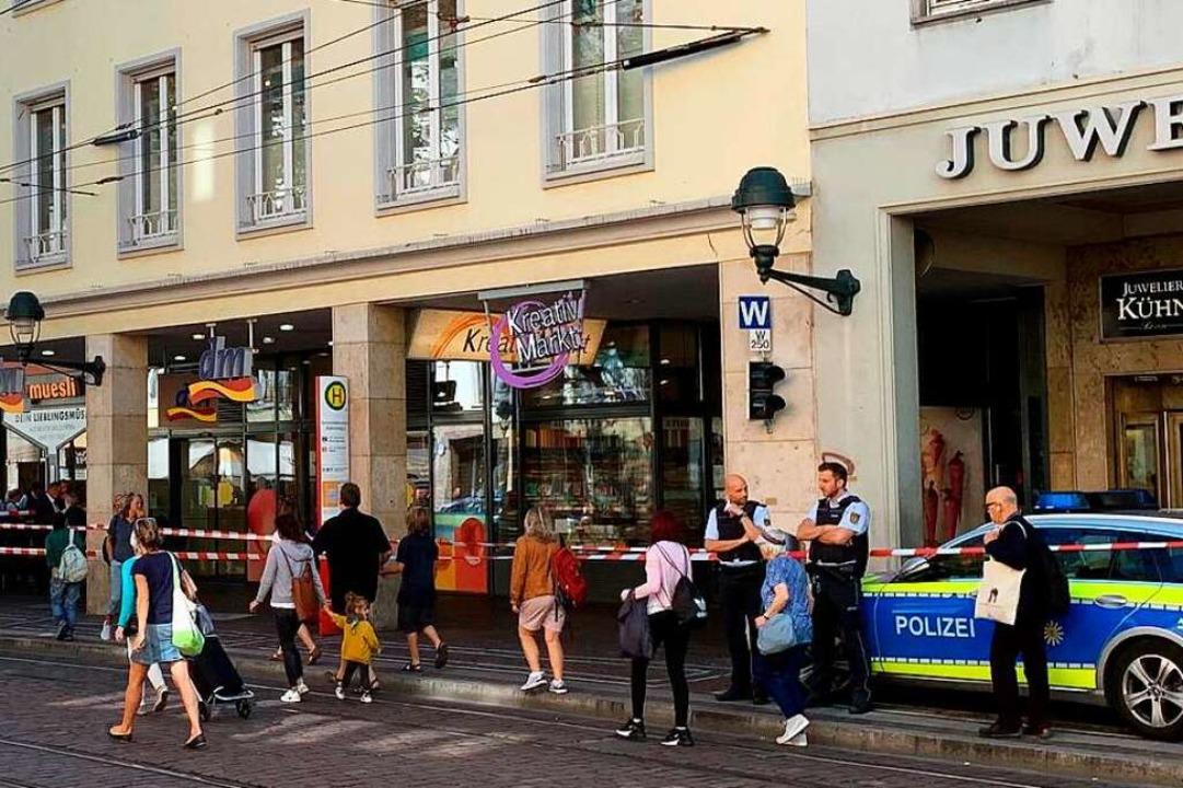 Die Polizei sperrte nach der Detonation den Bereich rund um den DM-Markt.  | Foto: Markus Fangmann