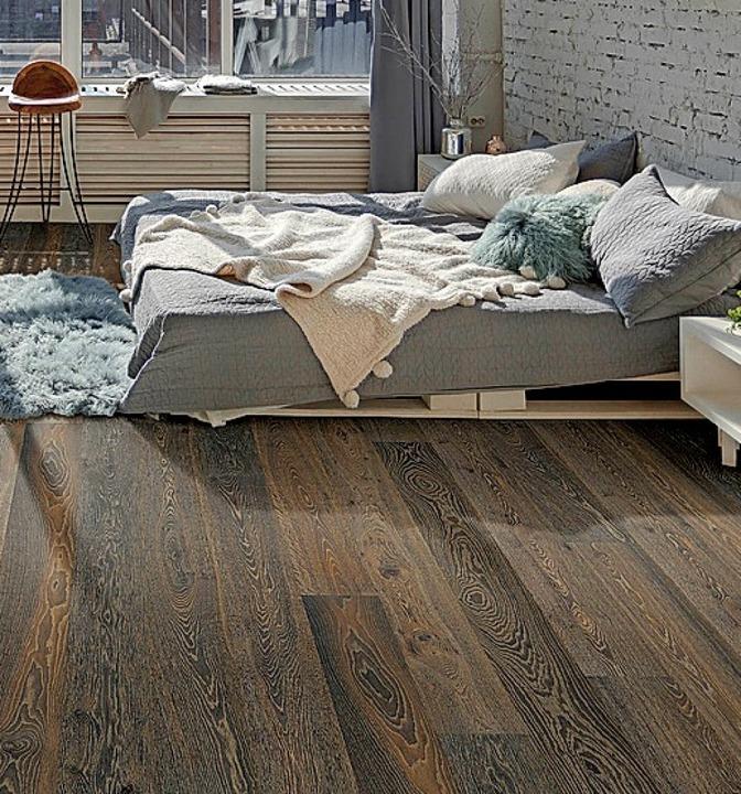 Schöne Kombi: dunkler Parkettboden  mit hellen Möbeln  | Foto: vdp