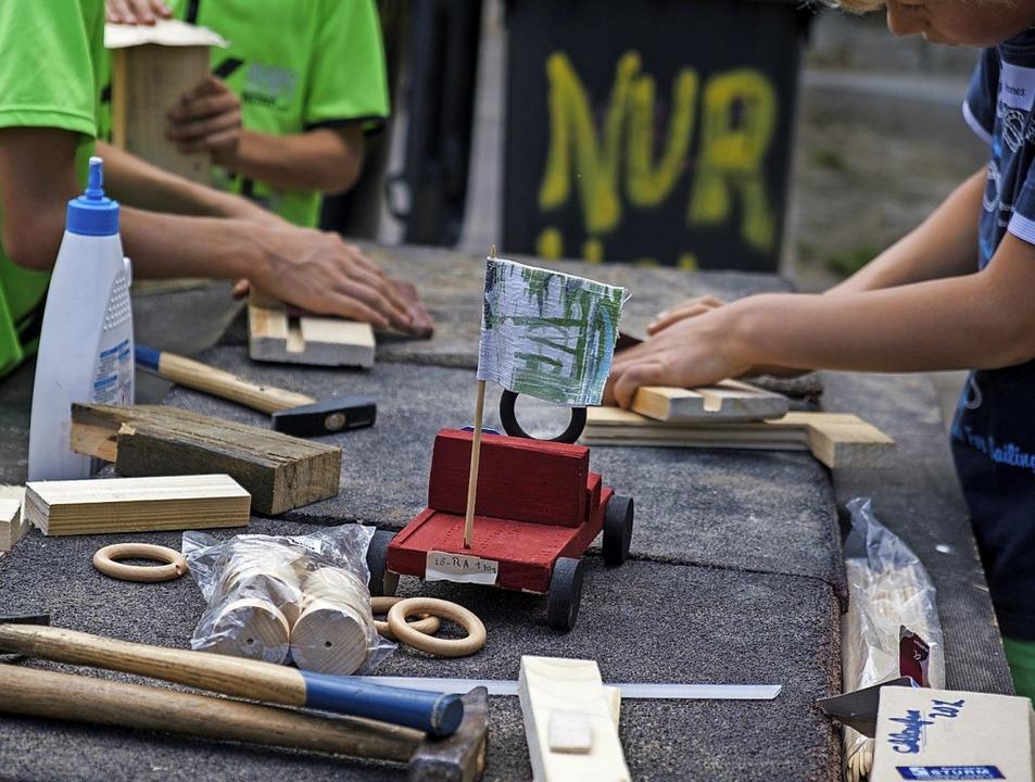 Die Kinder bastelten in der Kaltenbach-Stiftung auch Rennautos aus Holz.  | Foto: Ansgar Taschinski