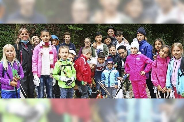 Kinder entdecken einigen Müll am Scheinberg