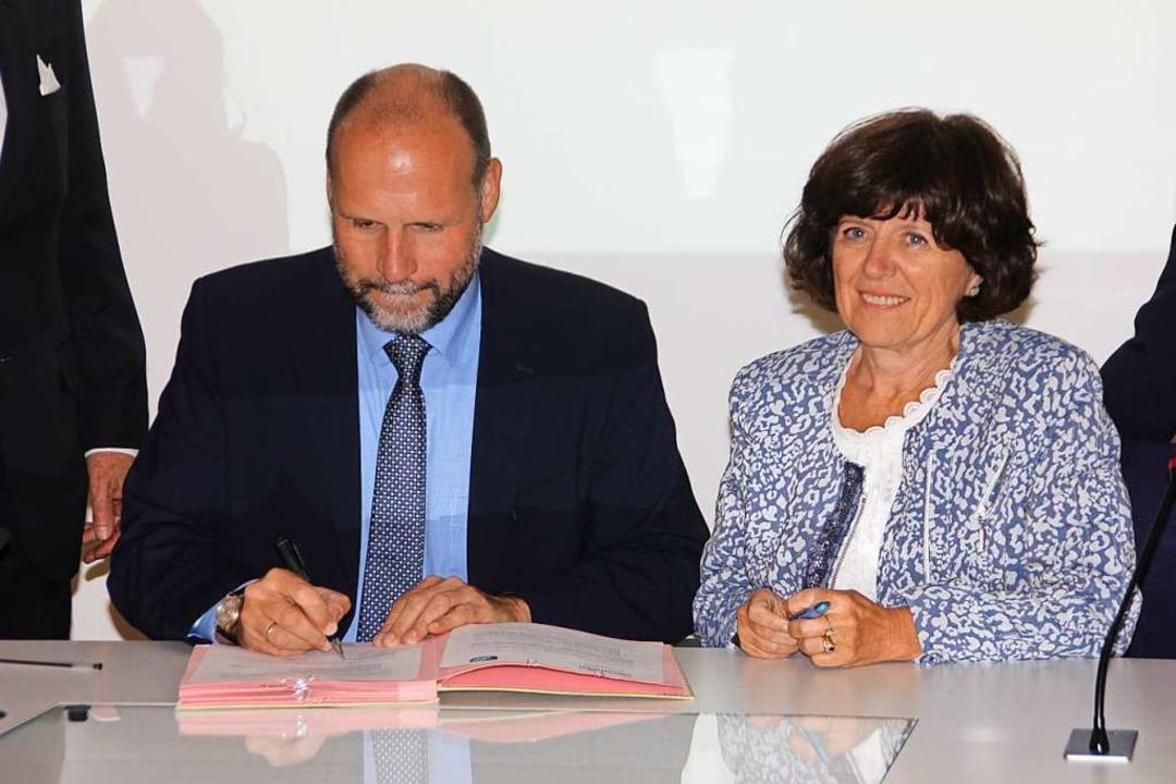 Laurence Muller-Bronn, Bürgermeisterin... Absichtserklärung für den Brückenbau.  | Foto: Erika Sieberts