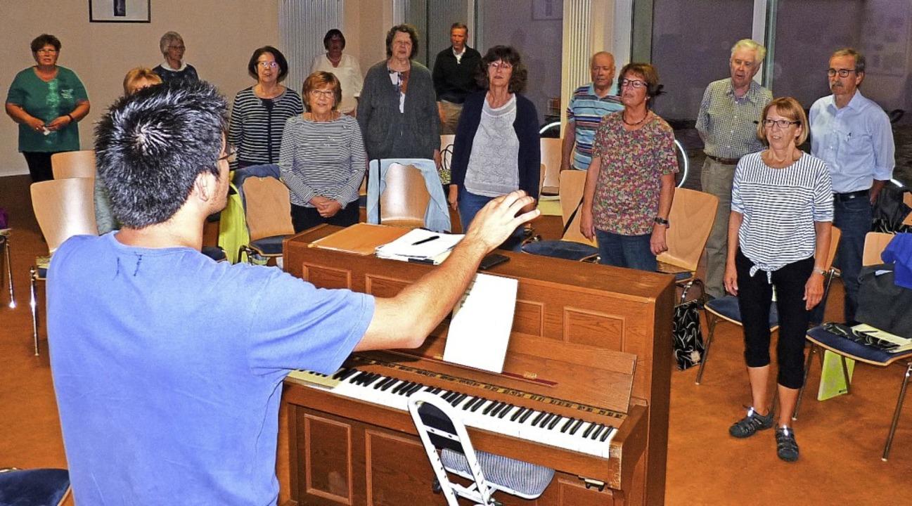 Der Kirchenchor bei einer Probe im Pfarrsaal von St. Marien   | Foto: Karin Wortelkamp
