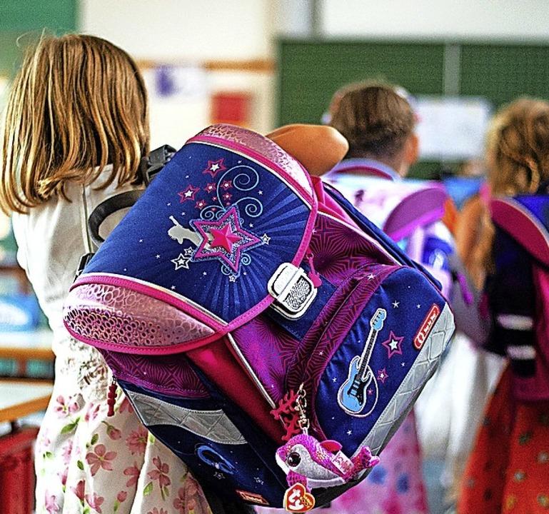 Erstklässler unterwegs auf dem Weg zur Begrüßung  im  neuen Klassenzimmer   | Foto: Philipp Schulze
