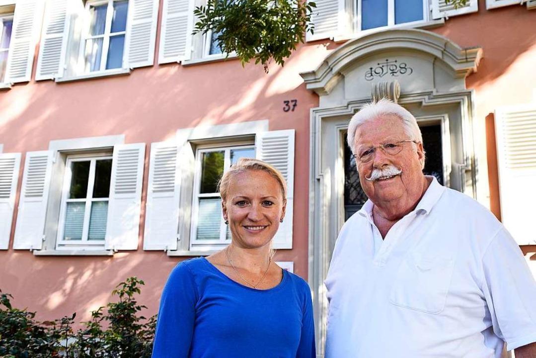 Conny Schöner und Walter Schienle vor ihrer Praxis für Physiotherapie  | Foto: Thomas Kunz