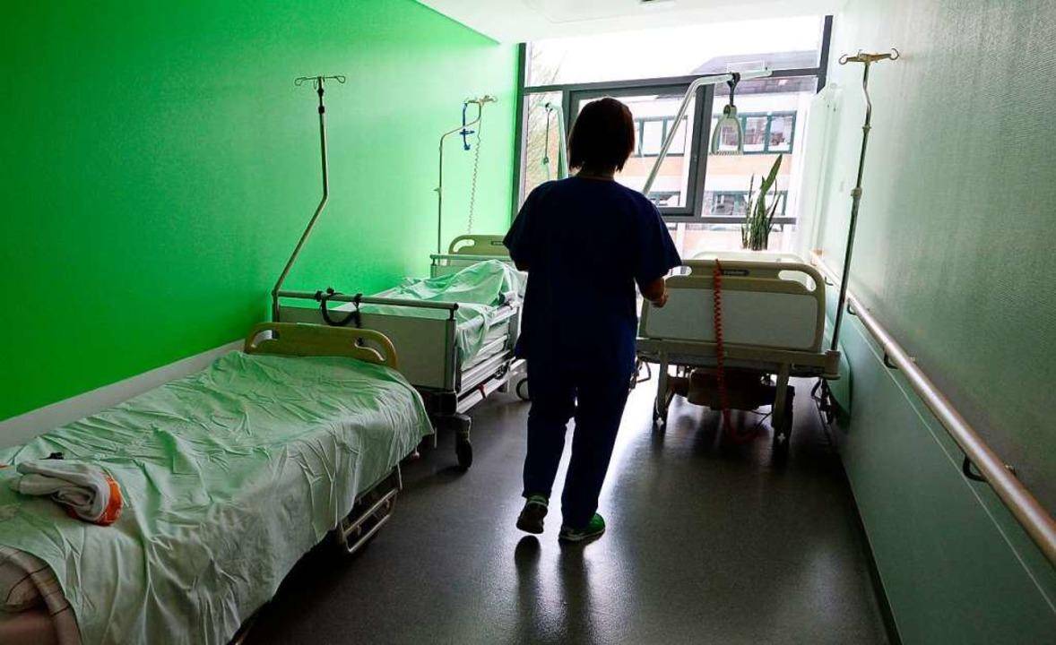 In Krankenhäusern werden Betten abgemeldet, da Personal fehlt.  | Foto: Patrick Seeger