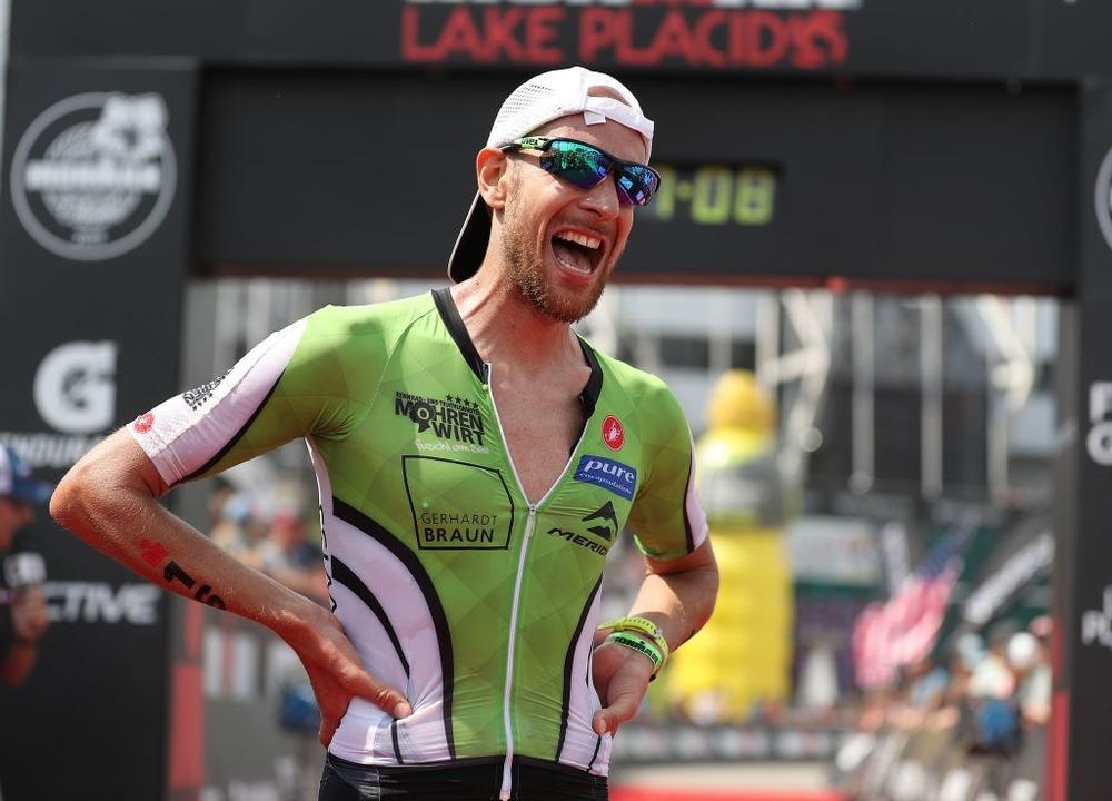 Geschafft: Marc Dülsen im Juli im Ziel des Ironman in Lake Placid  | Foto: AL BELLO (AFP)