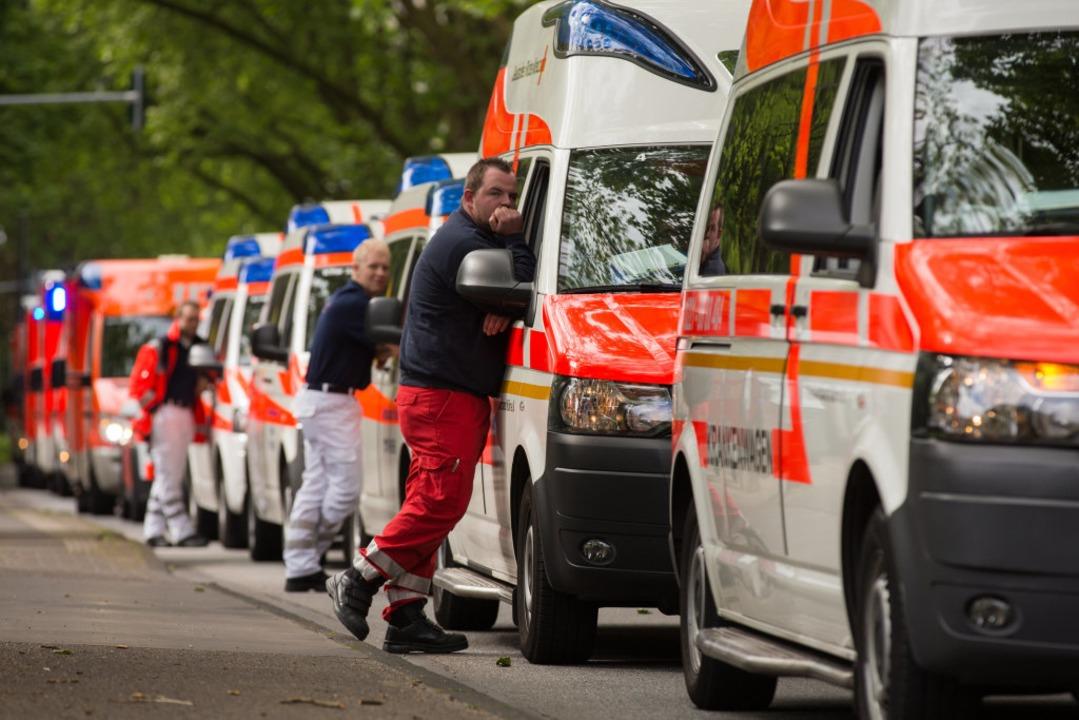 Stehende Krankenwagen – das gibt...iken keine Patienten aufnehmen können.  | Foto: Rolf Vennenbernd