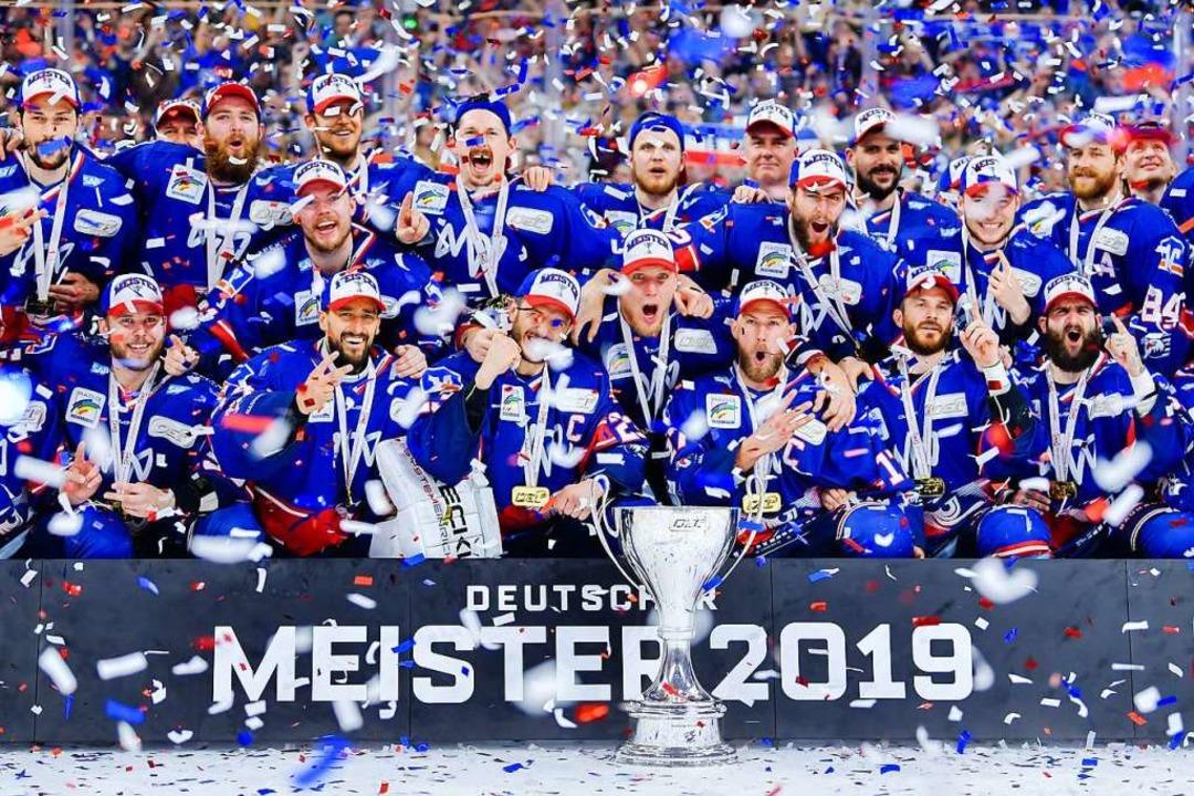 Die Adler Mannheim sind Meister 2019.  | Foto: Uwe Anspach (dpa)