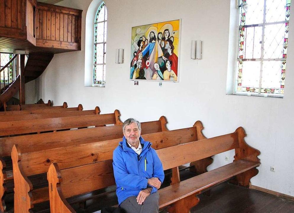 Werner Nuss, seit über 30 Jahren Kirch...m Hintergrund hängt das Quici-Gemälde.  | Foto: Rolf Reißmann