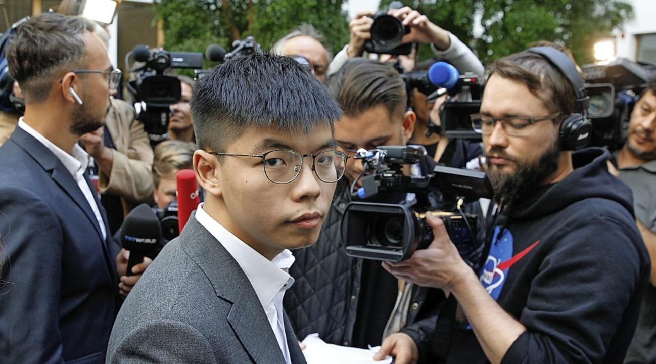 Journalisten umringen  Joshua Wong in Berlin.    | Foto: MICHELE TANTUSSI (AFP)