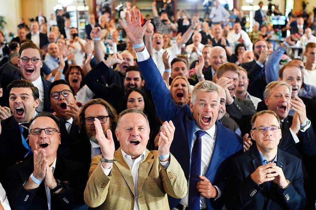 Männlich dominiert: Auf einer Wahlpart...werden die ersten Ergebnisse bejubelt.    Foto: Gregor Fischer (dpa)