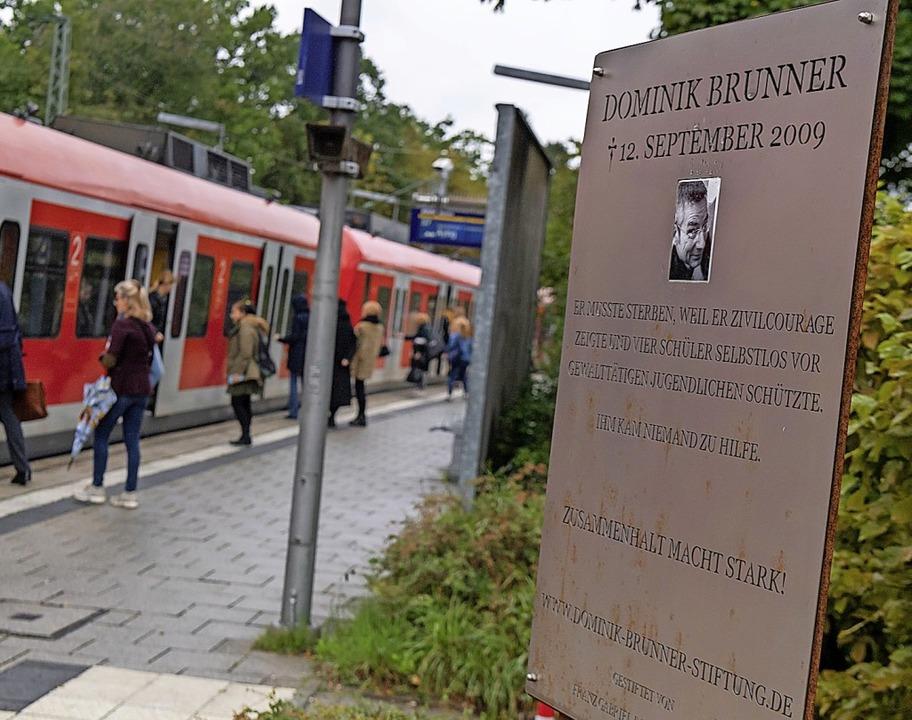 Am Bahnsteig der S-Bahnstation Solln e... eine Gedenktafel an Dominik Brunner.   | Foto: Peter Kneffel (dpa)