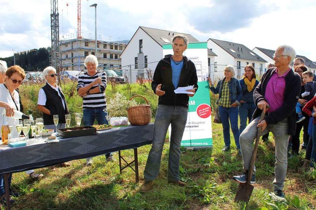 Holger Schatz (Mitte) kritisierte die ...lle Bauträger zum Zuge gekommen seien.  | Foto: Erich Krieger