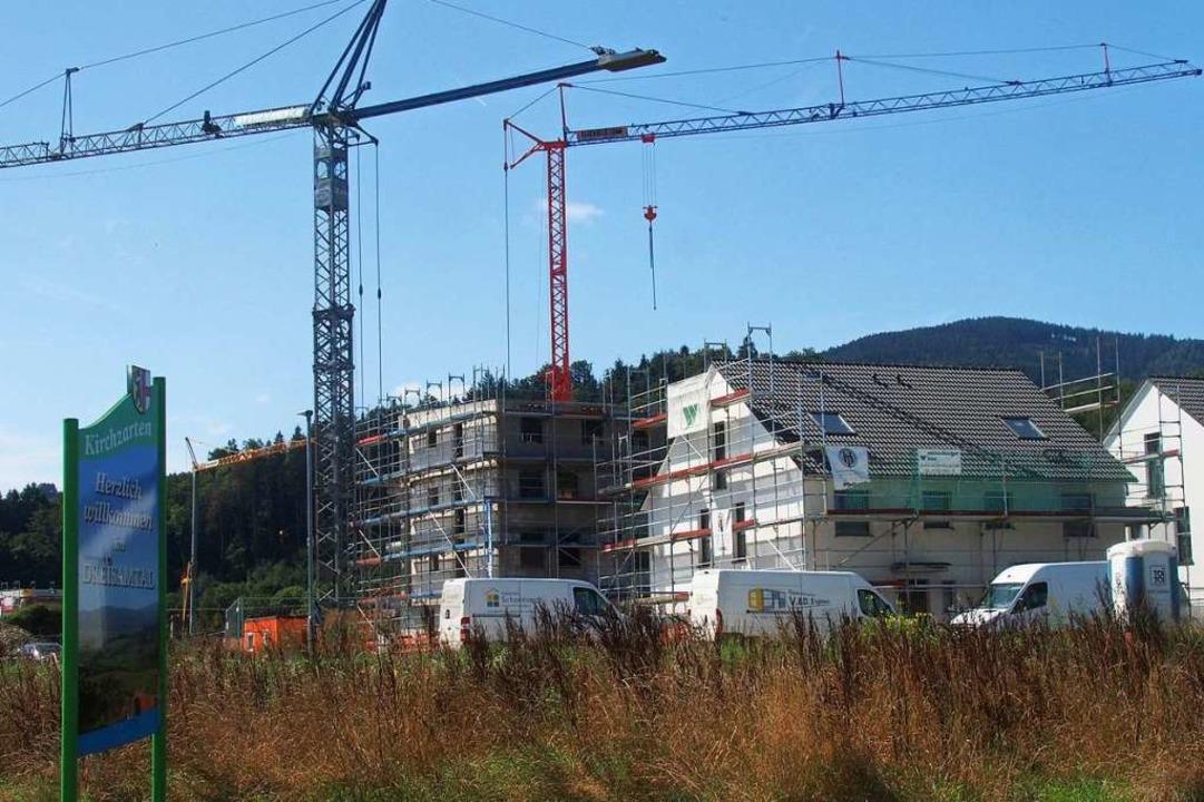 Im Neubaugebiet am Kurhaus in Kirchzarten wird derzeit gebaut.  | Foto: Markus Donner