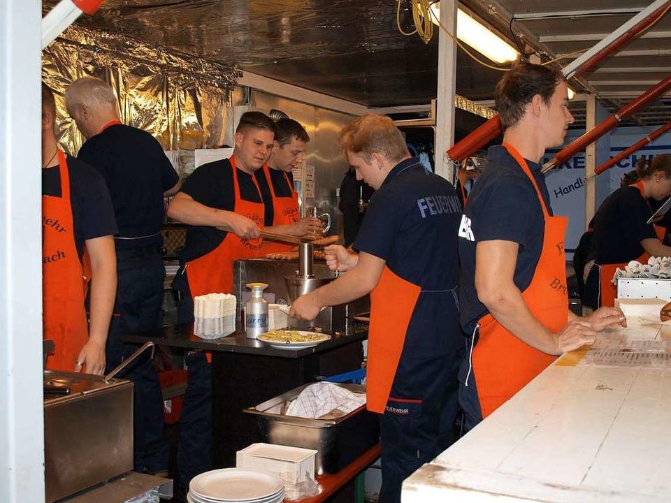 Viel zu tun gibt es in der fahrbaren Küche der Freiwilligen Feuerwehr Brombach.  | Foto: Paul Schleer